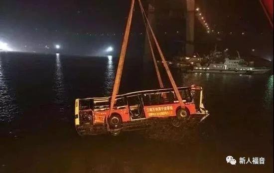 公交车坠江的背后